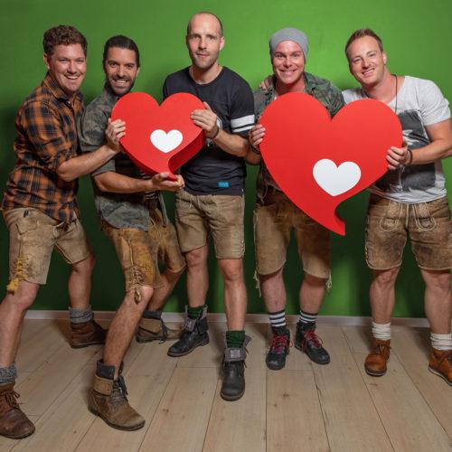 """""""Größte Herzenssache-Band"""" für den guten Zweck mit voXXclub im Europa-Park"""